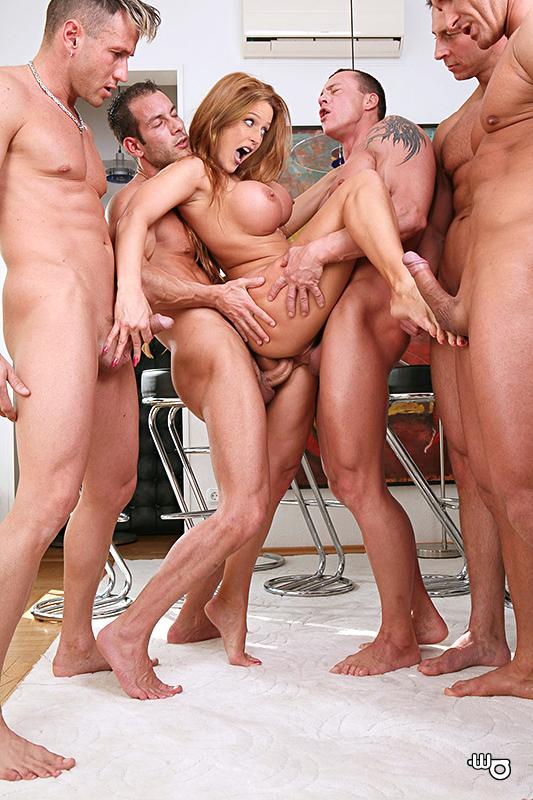 фото девушек голых ебут толпой